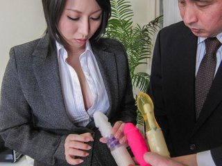 Yuuna Hoshisaki in office suit gets cum in palms..